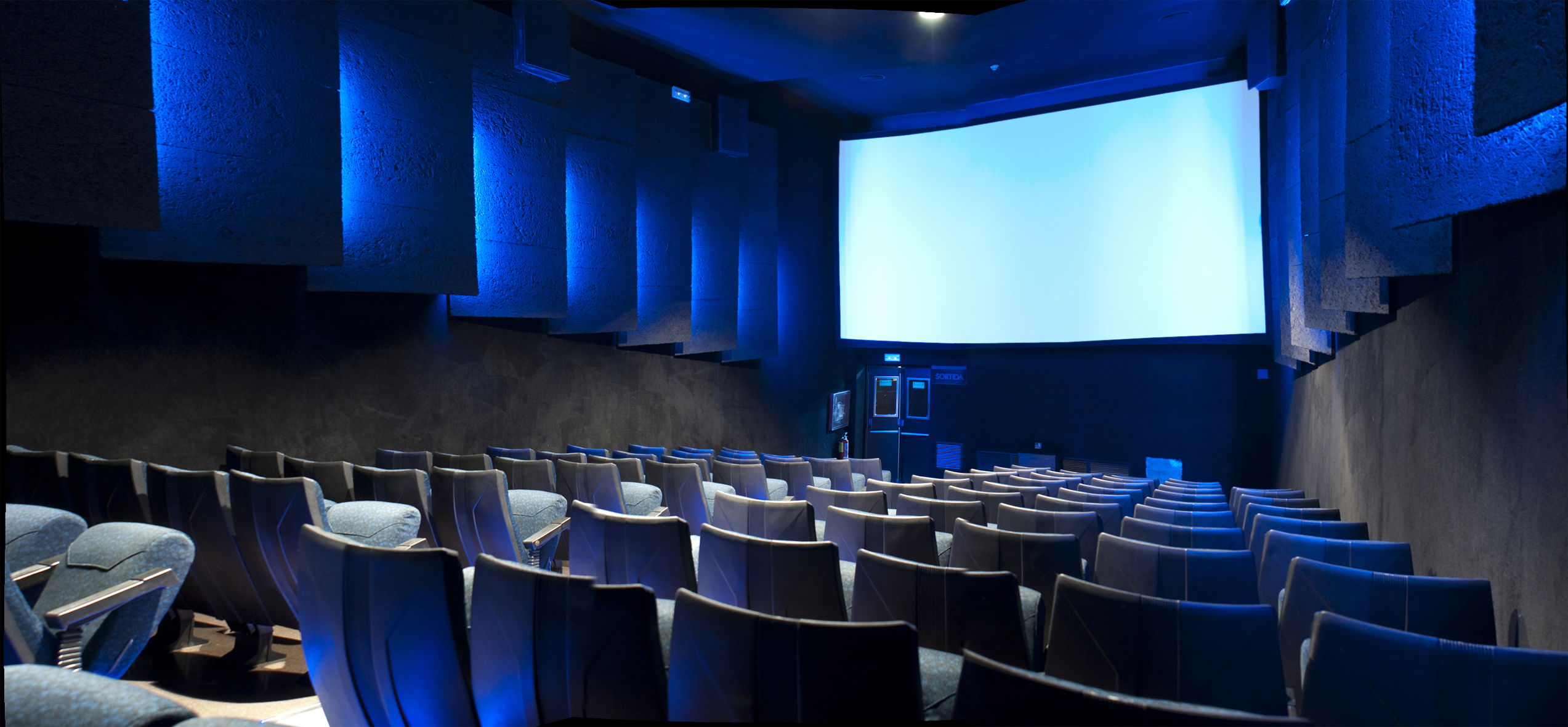Comedia comunicaci n media cines girona cine - Fotos de salas de cine ...